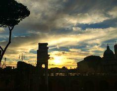 É quem visita Roma no inverno consegue ver o pôr do sol desse angulo... Vá até o final (ou começo) da via urbana encostado no mercato di Traiano... Que tal? . Lembre-se que nós organizamos o seu transfer do/para o aeroporto e também sua hospedagem! info@emroma.com .  Veja mais no Snapchat Em_Roma  #Roma #europe #instatravel #eurotrip #italia #italy #rome #trip #travelling #snapchat #emroma#viagem #dicas #ferias #dicasdeviagem #brasileirospelomundo #viajandopelomundo #monti #sunset #pordosol…