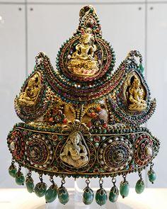 Ceremonial crown of the type worn by royal princes in Nepal.  Français : Couronne de cérémonial du type porté par les princes de la famille royale au Népal.   Date between circa 1850 and circa 1890  Medium silver, gold and stones  British Museum