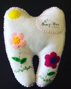 Una almohada personalizadas hada de los dientes es la manera perfecta para celebrar ese día trascendental cuando su hijo pierde su primer diente. ¡Qué emoción para ellos poder meter el diente dentro del bolsillo para el hada de los dientes y dejar un regalo precioso. ✨ sugiero