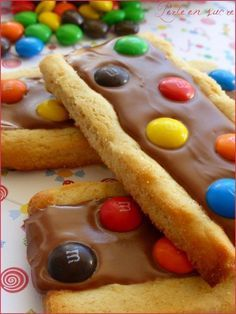 Biscuits aux M&M'S faits maison, à essayer très vite France is an independent nation in Western Europe and the biggest market of a large overseas admin Biscuit Cookies, Yummy Cookies, Cookie Recipes, Dessert Recipes, Kolaci I Torte, Snacks, Love Food, Sweet Recipes, Bakery