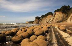 Bowling Ball Beach in Californië lijkt een verzameling van zandkleurige bowlingballen.