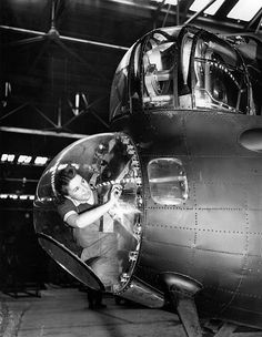 Miss Elsie Yates working on the nose of an Avro Lancaster bomber during World War II April 1943 Navy Aircraft, Ww2 Aircraft, Military Aircraft, Lancaster Bomber, Ww2 Planes, War Photography, Aircraft Design, Royal Air Force, World War Two