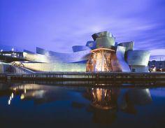 Museo Guggenheim - Bilbao, España. El Museo Guggenheim Bilbao es un museo de arte contemporáneo diseñado por el arquitecto canadiense Frank O. Gehry, y ubicado en Bilbao (País Vasco), España. •Es uno de los museos pertenecientes a la Fundación Solomon R. Guggenheim. •Fue inaugurado el 18 de octubre de 1997 por el rey Juan Carlos I de España. •Superficie total de 24.000 m². @arqillusions