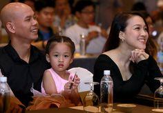 Thứ tư, 21/12/2016 09:25 GMT+7 Bé Noel hơn 3 tuổi xuất hiện bên bố mẹ trong buổi họp báo công bố show truyền hình mới tại TP HCM.            Phan Đình Tùng vui vẻ đi sự kiện cùng vợ và con gái cưng.              Công chúa nhỏ của nam ca sĩ đầu trọ...  http://cogiao.us/2016/12/21/vo-chong-phan-dinh-tung-dua-con-gai-di-su-kien/