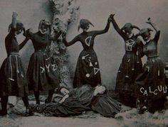 Foto antiga, plano único. A ideia de movimento, ninguém é puro, deformação do contorno humano, símbolos, ideia de alegria acerca da morte ou dança enquanto pessoas dormem... Stregheria, chifres, mulheres