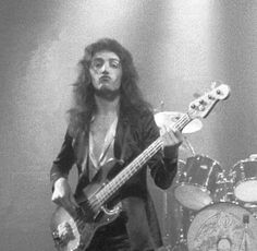 such an adorable boi Queen Photos, Queen Pictures, John Deacon, Save The Queen, I Am A Queen, Great Bands, Cool Bands, Roger Taylor Queen, We Will Rock You