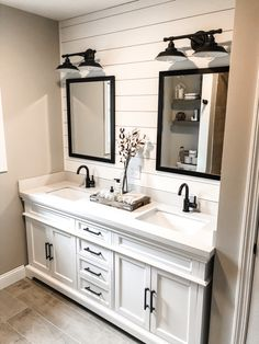 Farmhouse bathroom decor, bathroom inspiration, and master bathroom suggestions. A round up of dream master bathroom designs, rustic master bathroom ideas and strategies for styling your powder rooms. Upstairs Bathrooms, Master Bathrooms, Rustic Master Bathroom, Master Baths, Small Bathroom Redo, Bathroom Vanity Makeover, Dyi Bathroom, Neutral Bathroom, White Vanity Bathroom
