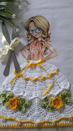 Pano de Copa de menina com saia de crochê  Sacaria 100% algodão da marca Apucarana  Saia de crochê confeccionada com linha anne.  Enfeites de pedraria.  Pode ser usado como pano de fogão