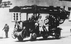 Ausfahrt der Feuerwehr, 1933, Brigittenau, Wien Vienna, Old World, War, History, Old Pictures, Remember This, Fire Department, Snow, Vehicles