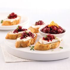 Croûtons au brie et canneberges Appetizer Recipes, Appetizers, Buffet, Brie, Xmas Food, Cheat Meal, Wine Cheese, Entrees, Tapas