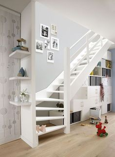 Raum unter Treppe nutzen: Beispiele mit Grundriss und Ideen Regalsystem unter viertelgewendelter Treppe Related Creative DIY Classroom Extra Storage Ideas by Using the Recycled Material to be Environmen. House Staircase, Attic Stairs, Staircase Design, Basement Stairs, Stair Design, Open Staircase, Basement Renovations, Home Remodeling, Space Under Stairs