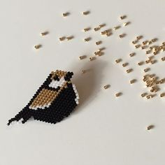 Voici mon petit oiseau d'après la mésange de @rose_moustache #brickstitch #miyuki #bird #jenfiledesperlesetjassume #rosemoustache