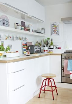 北欧キッチンの収納アイデア・棚下のフックにカップを吊るす★まとめサイトのだから使えない