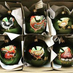 """Автор @kristina.guyfullina  Тадааам!!! Ко-ко-ко🐓 Подарок ручной работы - всегда эксклюзив, особенно если он расписан с любовью и теплотой. Нет повторяющихся игрушек. Все 6 разные. Те, кому они достанутся будут очень счастливы и довольны. """"Chiken home"""" 🏡🐓🐓🐓🐥🌸❤️ Handmade Christmas tree toys 🎄🐓🎉 """"Куриный дом"""" 🏡🐓❤️ Ручная роспись. Стекло. Краски для стекла. И моя любовь. ❤️🌞5700₽ #KristinaG #art #christmastree #christmas #christmasdecor #decor #toy #alarusse #chicken #cock #pattern"""