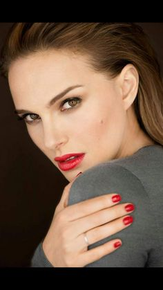 Natalie Portman looks good with red lips, agree? Natalie Portman, Beautiful Eyes, Most Beautiful Women, Pixie Cut Kurz, Make Up Tricks, Red Lipsticks, Beautiful Celebrities, Pretty Face, Makeup Inspiration