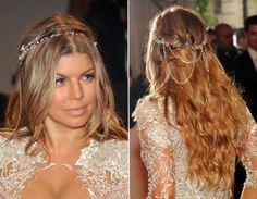Para as meninas com cabelo mais comprido, uma boa opção de acessório mais chamativo é a headband da Fergie. Por já ser cheia de brilho e ainda ter umas correntinhas que caem sobre o cabelo, o ideal é que ela seja usada sobre os fios soltos.