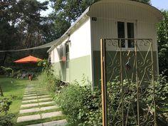Paradijsvogel in Pipowagen De Bosuil - Vakantiehuis inspiratie Ramen, Shed, Outdoor Structures, Patio, Places, Dutch, Hu Ge, Camper Van, Court Yard