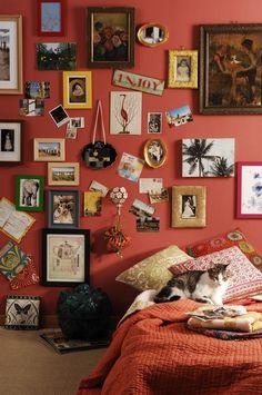 Em meio aos quadros você pode pendurar flores e pequenos porta retratos com preguinhos. | 26 formas de revolucionar sua decoração usando prego, cola ou fita