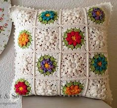Love the different colors mixed with off white! Crochet Cushion Cover, Crochet Cushions, Crochet Pillow, Crochet Stitches, Crochet Flower Patterns, Crochet Designs, Crochet Ideas, Crochet Home, Free Crochet