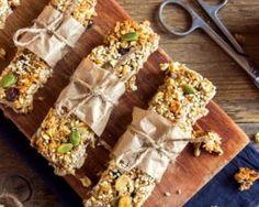 Barres de céréales maison aux flocons d'avoine, aux pistaches et aux abricots secs : http://www.fourchette-et-bikini.fr/recettes/recettes-minceur/barres-de-cereales-maison-aux-flocons-davoine-aux-pistaches-et-aux