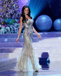Each year, Donald Trump hosts the annual Miss Universe Pageant. Last night, in Las Vegas Nevada, America's very own Olivia Culpo won the coveted title. Evening Dresses, Prom Dresses, Formal Dresses, Bridesmaid Dress, Elegant Dresses, Nice Dresses, Glamour Mexico, Las Vegas, Fashion Network