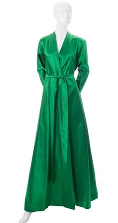 Vintage Dressing Dressing vintage green satin vintage Hostess Gown - What do you wear when you are lounging at home or waiting for guests to arrive for dinner? I think I want to start set things in motion to bring back the hostess gown! Dressing Gown Pattern, Satin Dressing Gown, Ad Fashion, Fashion History, Vintage Fashion, Fashion Lingerie, Vestidos Vintage, Vintage Dresses, Hostess Outfits