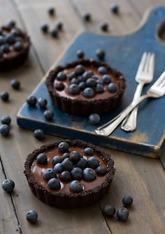 No-Bake Blueberry Truffle Tartlets. This is basically like the no bake chocolate cake truffle recipe I've tried, except with a chocolate crust and blueberries on top. I'd like to try a chocolate blueberry combo one of these days. Slow Cooker Desserts, No Bake Desserts, Just Desserts, Delicious Desserts, Dessert Recipes, Yummy Food, Tasty, Health Desserts, Healthy Food