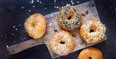 Als ontbijt, lunch of avondeten: bagels kunnen áltijd. Je kunt ze met van alles beleggen, waardoor je kunt blijven variëren. Wist je dat je bagels heel makkelijk zelf kunt maken met maar 3 ingrediënten? Het enige wat je boodschappenlijstje hebt staan voor 4 bagels is 160 gram zelfrijzend bakmeel, 250 gram Griekse yoghurt en een… Sesame Seed Bagels, Bagel Bakery, New York Bagel, Best Bagels, Homemade Bagels, Mushroom And Onions, Wood Fired Oven, Soda Bread