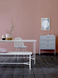 Wonder benk fra bloomingville er en hvit drøm i mdf og jern. Den nøytrale og Nordiske utformingen på benken gjør at du selv kan style den til å passe deg og ditt hjem.