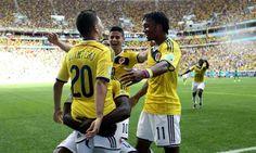 El centrocampista colombiano Juan Quintero celebra con sus compañeros el gol marcado ante Costa de Marfil, el segundo del equipo (Foto: EFE)