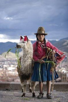 Mujer peruana con su llama (Lama glama), Cuzco, Perú
