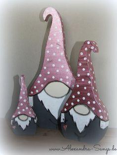 http://www.facebook.com/byalexandrasangs Wichtel aus Holz, Gnome Zwerge Pilz - Copyright by Alexandra Sangs