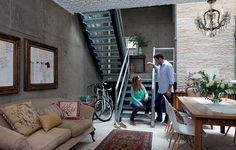 Quando o apartamento é pequeno, é preciso aproveitar cada milímetro. O espaço embaixo da escada, por exemplo, pode guardar as bicicletas