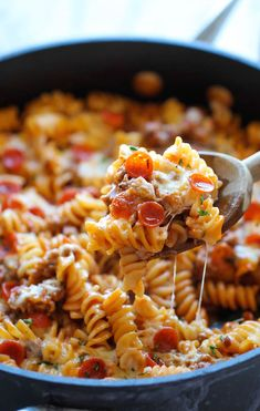 One Pot Pizza Pasta Bake - An easy crowd-pleasing one pot meal that the whole family will love! Everyone will be begging for seconds!.