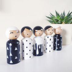 Monochrome peg dolls set. Wood Peg Dolls, Clothespin Dolls, Wooden Clothespins, Wooden Pegs, Wood Burning Crafts, Wood Crafts, Felt Dolls, Diy Doll, Craft Party