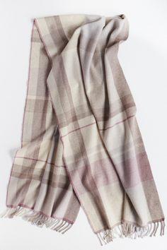 カシミアショール Woven Scarves, Weaving Patterns, Cashmere Scarf, Plaid Scarf, Hand Weaving, Bucket, Designers, Textiles, Bedroom