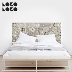 Las baldosas hidráulicas están triunfando y no podía faltar una decoración con esta tendencia como cabecero de cama en tu dormitorio #lokolokodecora #ideascedorativas #vinilomuebles