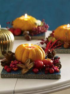 Kleine Zierkürbisse lassen sich super in Kerzenhalter umfunktionieren.