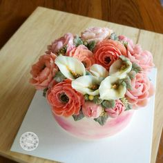 Cally lily with pink tone peony. #butterblossom #buttecreamflowers #flowercakeclass #wreathcake #flowercake