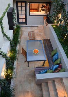 schmale Terrasse im Hinterhof mit Bodenbelag in Sandstein-Optik