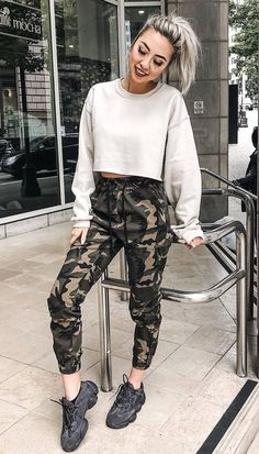 comfy outfit to try this fall : sweatshirt khaki pants sneakers Plaid Fashion, Tomboy Fashion, Fashion Outfits, Fashion Fashion, Trendy Outfits, Fall Outfits, Cute Outfits, Cool Girl Style, New Years Dress
