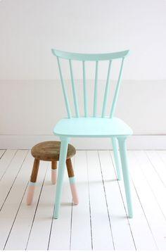 Krzesło pomalowane na błękitny kolor