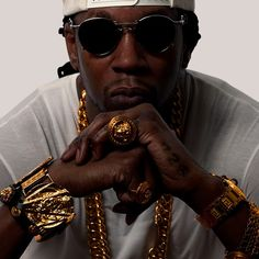 2 chainz buys New Blingz worth $65k (#19500000) - Watch video    2 Chainz added a few more in an all out shopping spree at what sounds like his favorite spot in the world.  We got Tity Boi outside Avianne Jewelers in NYC and you can tell from the video he was in the mood to do some serious shopping.  We spoke with owner Joe Avianne who told us Chainz left with a 25 karat black onyx stone ring outlined in diamonds a 25 karat diamond tennis necklace and an upgraded 30 karat diamond bracelet…