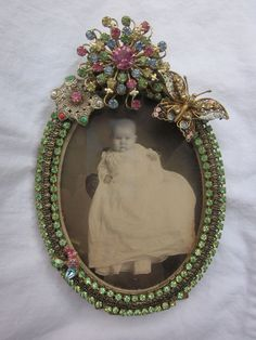 Oval picture frame embellished with vintage rhinestone jewelry. Pink, blue, green and pale yellow rhinestones make up the brooch which measures Jewelry Frames, Jewelry Tree, Old Jewelry, Antique Jewelry, Vintage Jewellery, Silver Jewellery, Rhinestone Jewelry, Vintage Rhinestone, Memory Ring