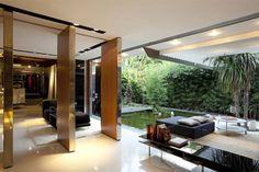 une grande terrasse moderne et ouverte sur le jardin