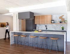 À. Blue-grey colour. armoire-cuisine-acrylique-gris-comptoir-marbre-chene-blanc_01.jpg