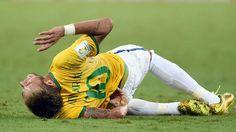 Neymar se contorce de dor após falta do colombiano Zuñiga no Castelão, em Fortaleza
