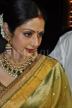 Bollywood beauty Sridevi was snapped on Karva Chauth along with husband Boney Kapoor. The English Vinglish star has been fasting for almost 20 years . Traditional Indian Jewellery, South Indian Jewellery, Indian Wedding Jewelry, Indian Jewellery Design, Bridal Jewelry, Gold Jewelry, Indian Bridal, Jewellery Designs, Clay Jewelry