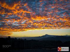 Arde el cielo - Vista desde Quito del volcán Cayambe al amanecer desde Quito, Ecuador. // Cayambe volcano view at dawn from Quito, Ecuador.