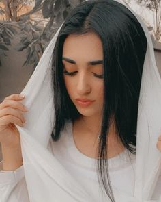 Beautiful Sarah Khan on the Set of her Upcoming Drama Portrait Photography Poses, Bride Photography, Photo Poses, Pakistani Girl, Pakistani Actress, Beautiful Girl Photo, Beautiful Hijab, Sajal Ali, Mahira Khan